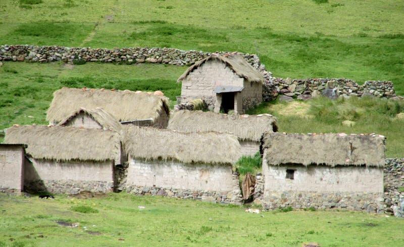 Traditionella quechua stenhus i bergen royaltyfri fotografi