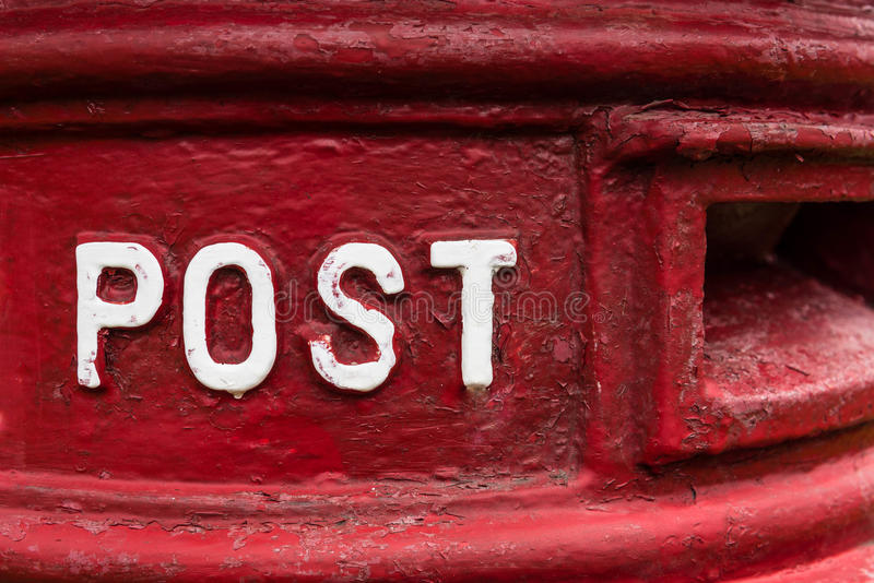 Traditionella röda brittiska Royal Mail postar asken arkivfoton
