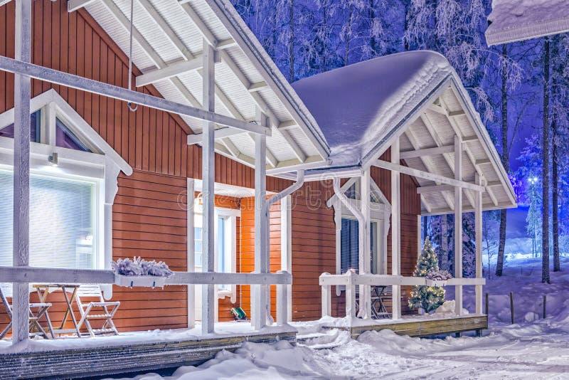 Traditionella rödaktiga Lapland Suomi hus över den polara cirkeln i Finland på jul Tid arkivfoto