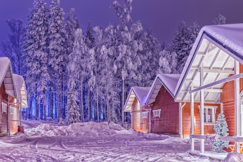 Traditionella rödaktiga Lapland Suomi hus över den polara cirkeln i Finland på jul Tid arkivbilder