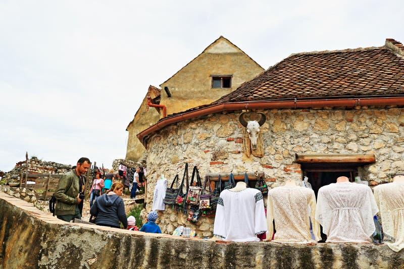 Traditionella rumänska souvenir på byRâşnov för skärm den gamla medeltida citadellen Transylvania Rumänien royaltyfri fotografi