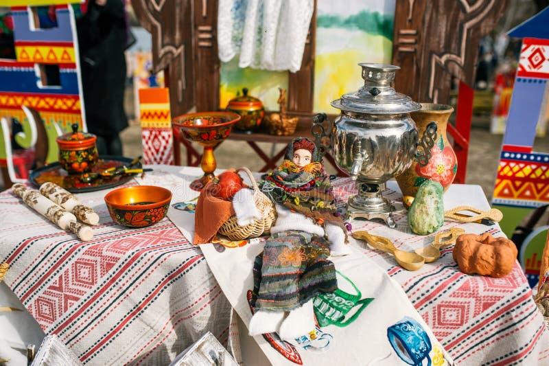 Traditionella ryska Tea Party inklusive varmt svart te från samovar Garnering på trätabellen royaltyfri bild