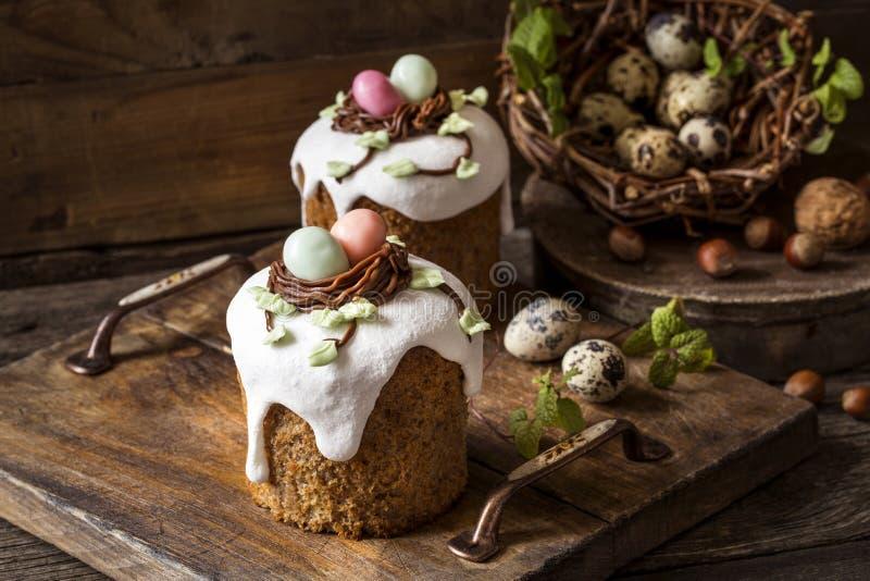 Traditionella söta påskkakor med isläggning royaltyfria bilder