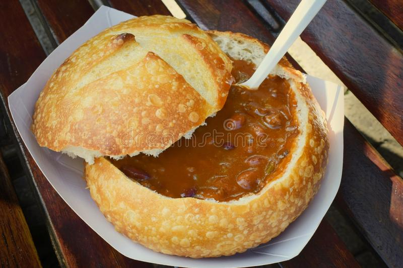 Traditionella San Francisco Bread Bowl tjänade som på gatan royaltyfri bild