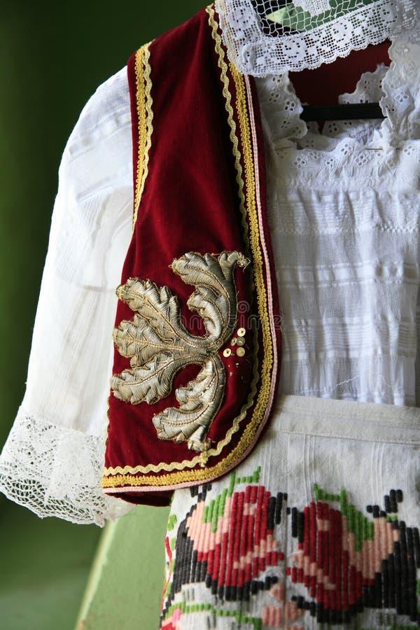 Traditionella serbiska kläder, Vojvodina, Serbien royaltyfria bilder