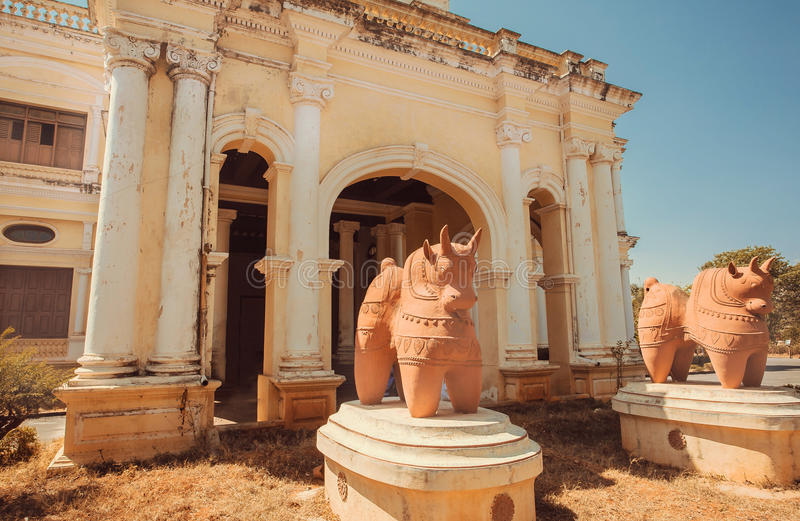 Traditionella skulpturer av tjurar på framdelen av museet Indira Gandhi Rashtriya Manav Sangrahalaya, Mysore i Indien royaltyfria bilder