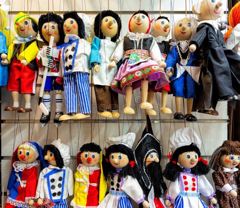 Traditionella souvenir i Prague, pärlleksaker, plattor arkivbild