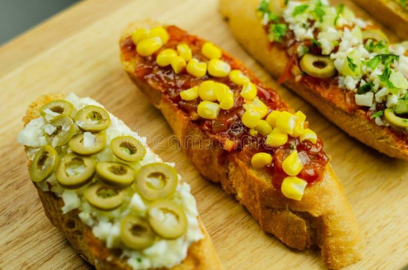 Traditionella spanska tapas för lunchtabellen, kortkort skjuter in mat arkivbild