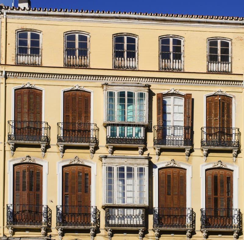 Traditionella stängde med fönsterluckor Windows i Spanien royaltyfri bild
