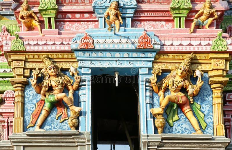 Traditionella statyer av gudar och gudinnor i den hinduiska templet royaltyfria foton