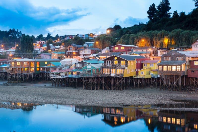 Traditionella styltahus vet som palafitos i staden av Castro på den Chiloe ön i Chile arkivfoto
