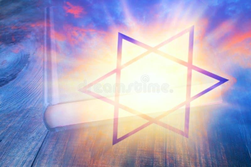 Traditionella symboler för judendomkyrka royaltyfri bild
