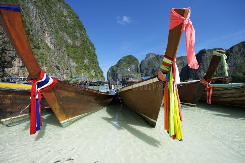 Traditionella thailändska träLongtail fartyg Maya Bay fotografering för bildbyråer
