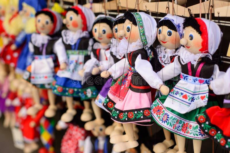 Traditionella tjeckiska dockor Turist- souvenir i mitten av Prague royaltyfri bild