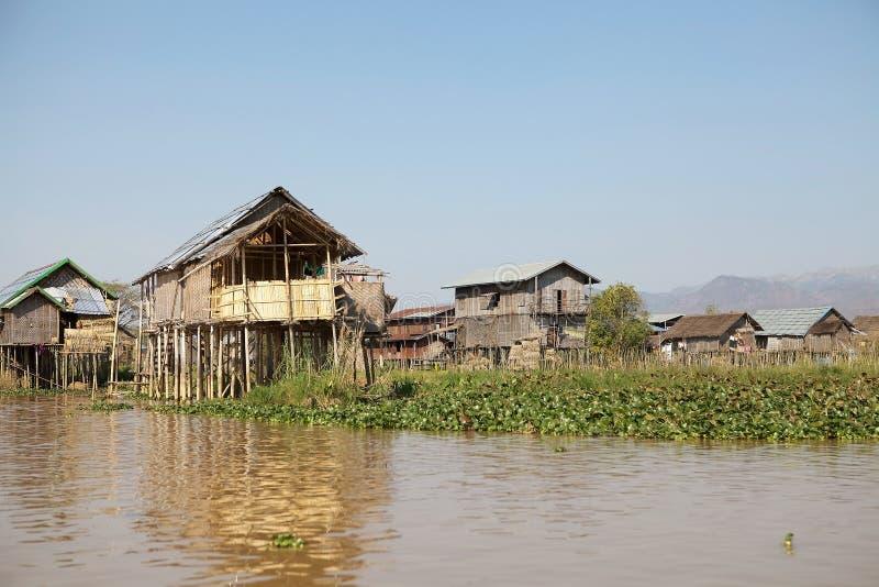 Traditionella trästyltahus på sjön Inle Myanmar fotografering för bildbyråer