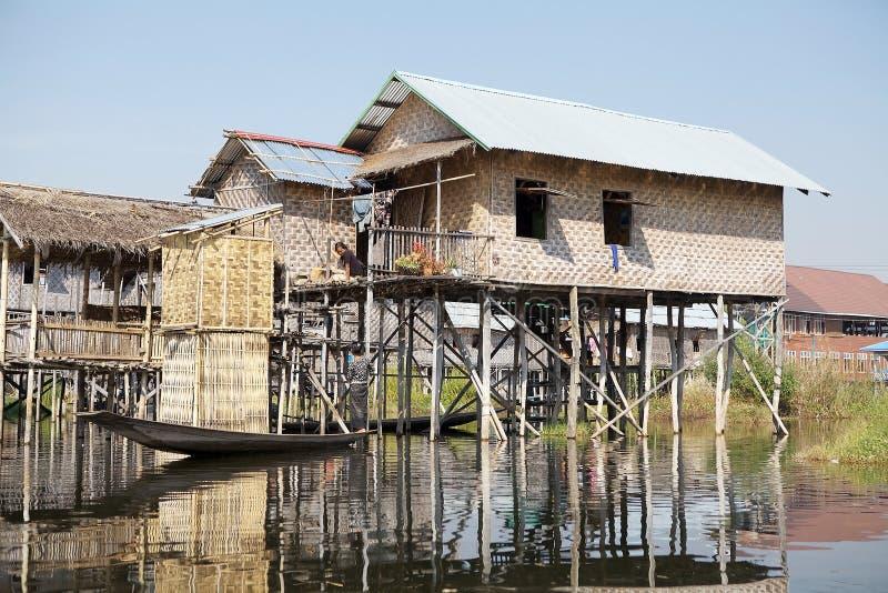 Traditionella trästyltahus på sjön Inle Myanmar arkivbild