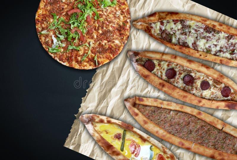 Traditionella turkiska pitabrödvariationer och turkisk pizzalahmacun royaltyfri fotografi