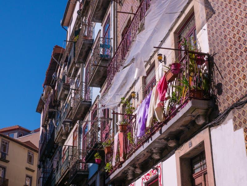 Traditionella typiska portugisiska hus i Porto, Portugal med blommor på balkongen arkivbilder