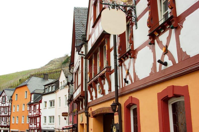 Traditionella tyska byggnader i Bernkastel-Kues på floden Mosel i Tyskland royaltyfria bilder