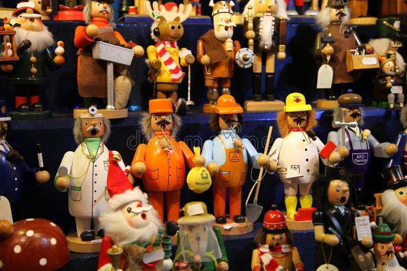 Traditionella tyska träleksaker på mässan royaltyfria foton