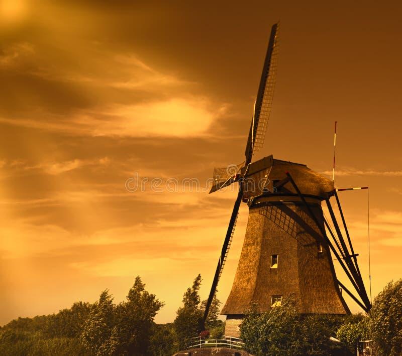 Traditionella väderkvarnar på Holland Och gjort denna liten stadk?nself?rnimmelse ett stor st?rre Kinderdijk royaltyfri foto
