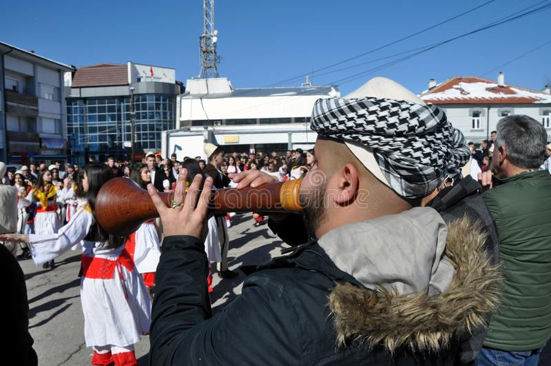Traditionella zurlemusiker på ceremoni som markerar den 10th årsdagen av självständighet för Kosovo ` s i mitten Dragash arkivfoto