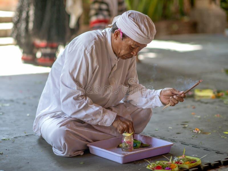 Traditionelle Angebotzeremonie des Balinese stockbild