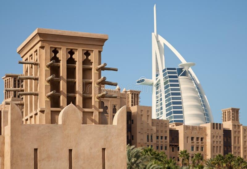 Traditionelle arabische Art Buldings von Dubai in Madinat Jumeirah lizenzfreie stockbilder