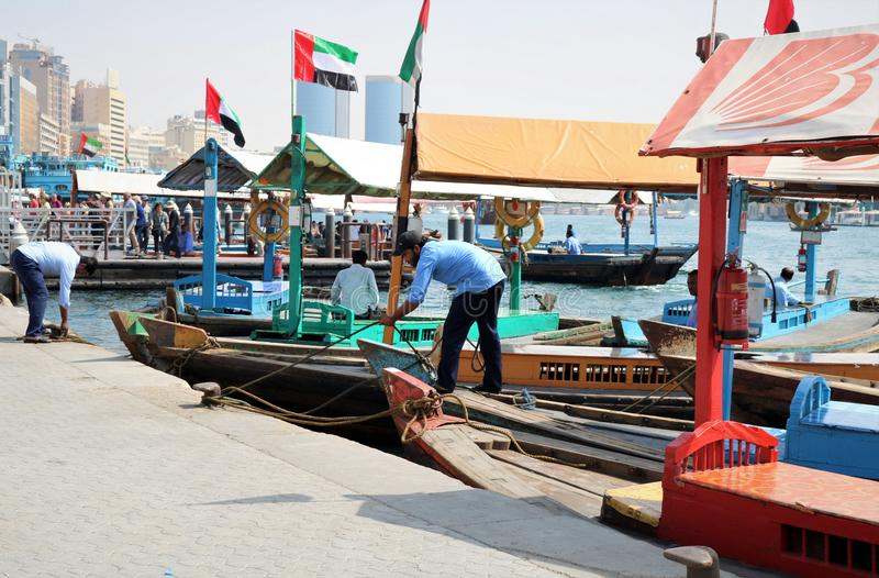 Traditionelle arabische Boote bei Dubai Creek, UAE lizenzfreies stockfoto