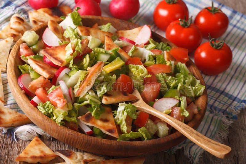 Traditionelle arabische fattoush Salatnahaufnahme auf einer Platte horizonta lizenzfreie stockfotografie