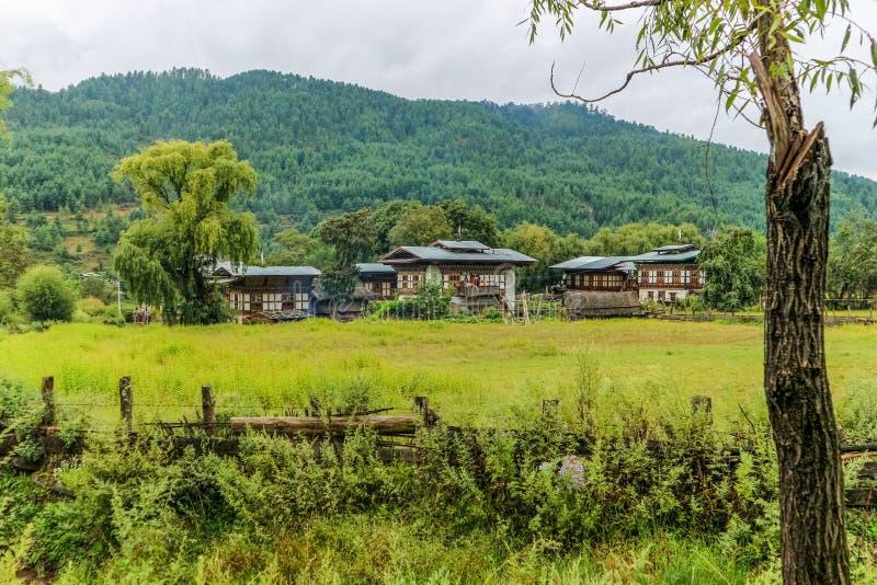 Traditionelle Architektur von Bhutan in einem Dorf nahe Bumthang, Bhutan stockbilder