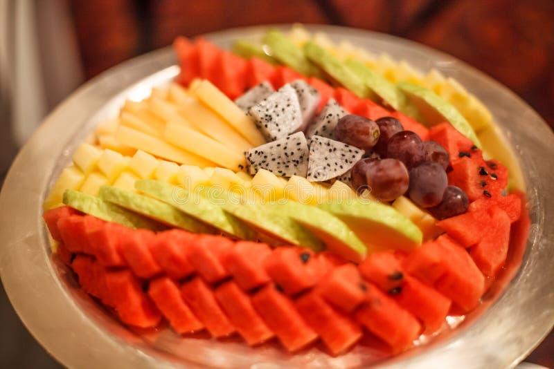 Traditionelle asiatische Auswahl der tropischen Früchte; Traube, Wassermelone, Guave, Dragon Fruit, Papaya, Ananas mit Handhandwe lizenzfreies stockbild