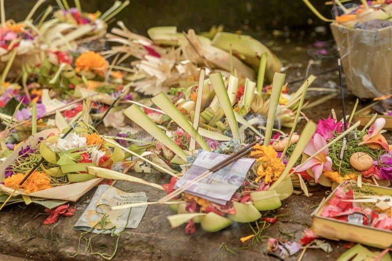 Traditionelle Balineseangebote zu den Göttern in Bali mit Blumen und stockbild