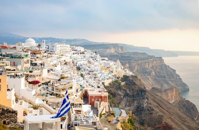 Traditionelle berühmte weiße Häuser und Kirchen des Panoramablicks in Thira-Stadt auf Santorini-Insel, Griechenland stockfotos