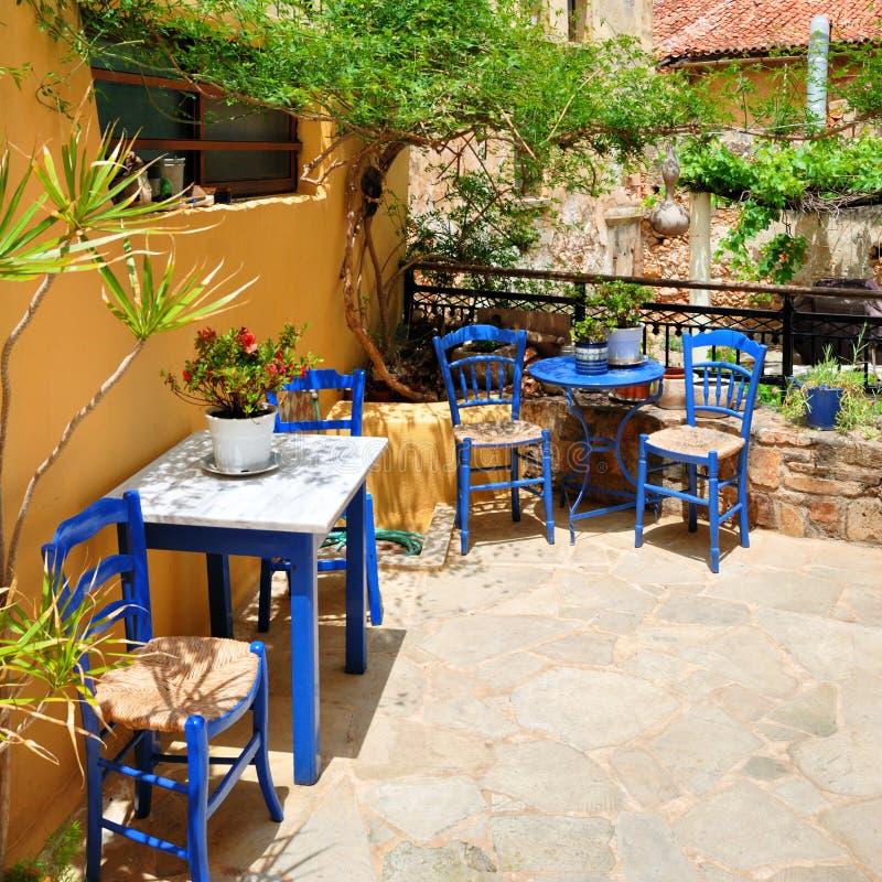 Traditionelle blaue griechische Stühle und Tabellen stockfoto