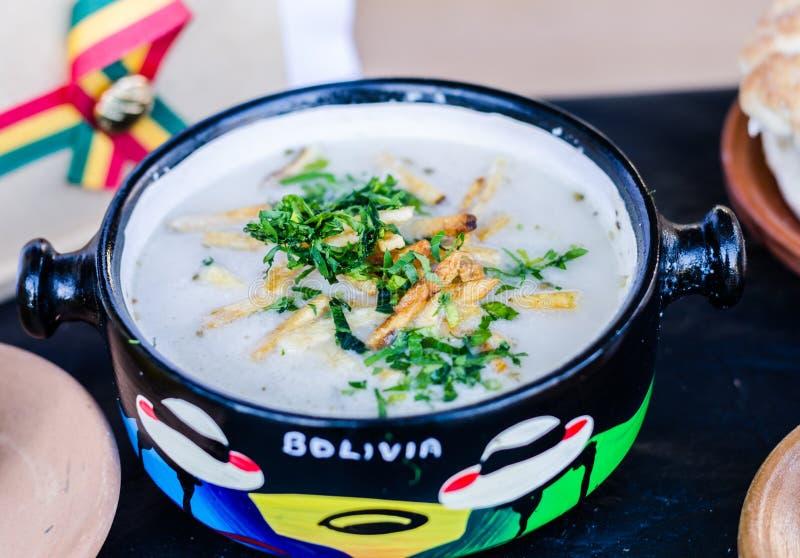 Traditionelle bolivianische Sahneerdnusssuppe an einem Straßennahrungsmittelmarkt lizenzfreies stockbild