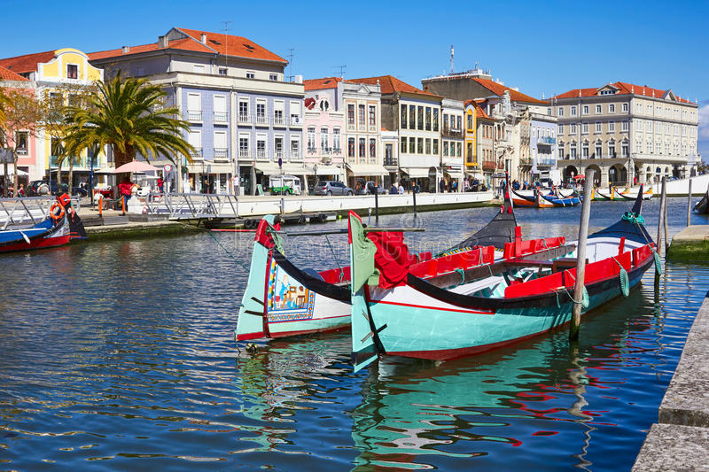 Traditionelle Boote auf dem Kanal in Aveiro lizenzfreie stockfotos