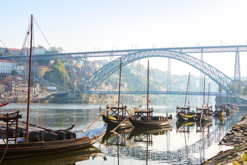 Traditionelle Boote morgens auf Fluss Duero mit Porto-Stadt im Hintergrund, Portugal stockbilder