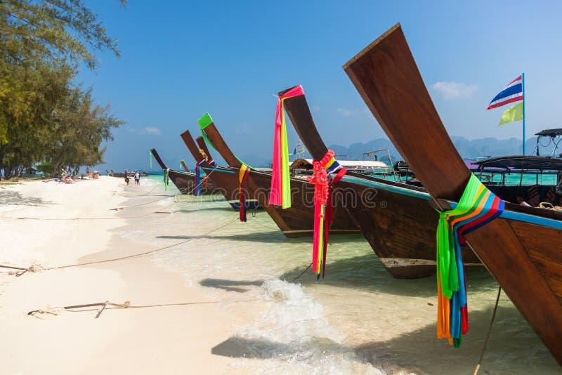 Traditionelle Boote in Poda-Insel setzen in Krabi-Region in Thailand auf den Strand stockfotografie