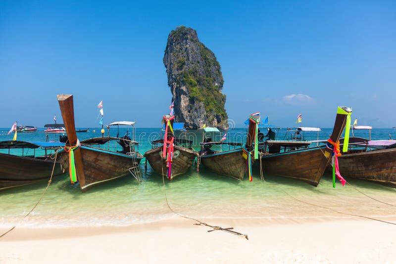 Traditionelle Boote in Railey setzen in Krabi-Region in Thailand auf den Strand lizenzfreie stockfotografie