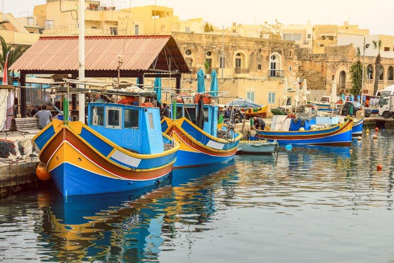 Traditionelle bunte Boote im Hafen lizenzfreies stockbild