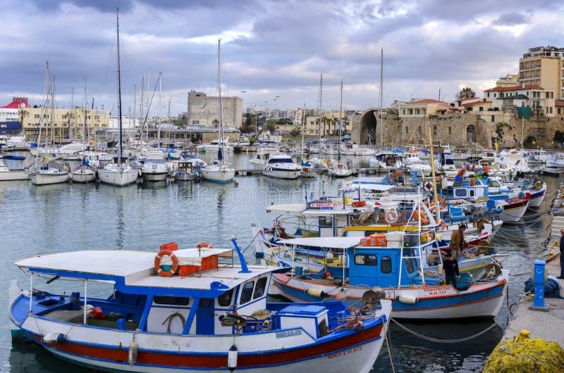Traditionelle bunte Fischerboote angekoppelt am alten venetianischen Hafen in Iraklio-Stadt stockbild