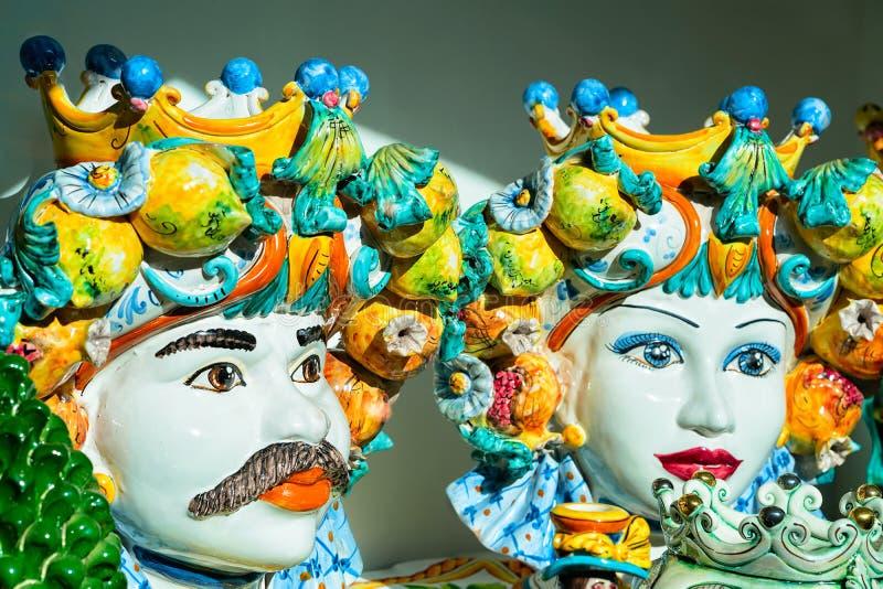Traditionelle bunte Keramikköpfe auf Anzeige in Positano-Stadt stockbilder