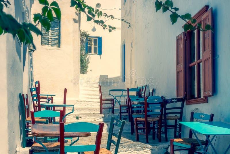 Traditionelle bunte Mittelmeerstraße auf Amorgos-Insel in den träumerischen Tönen, Griechenland lizenzfreie stockbilder