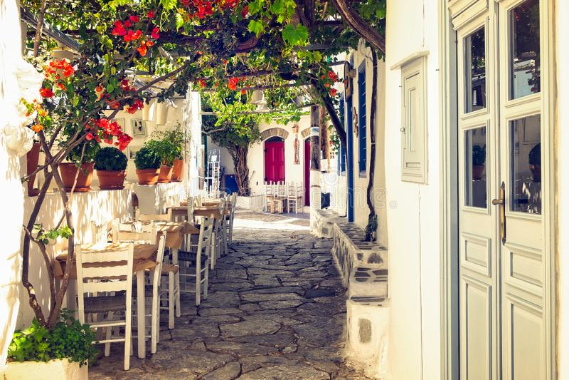 Traditionelle bunte Mittelmeerstraße auf Amorgos-Insel, die Kykladen, Griechenland lizenzfreie stockbilder
