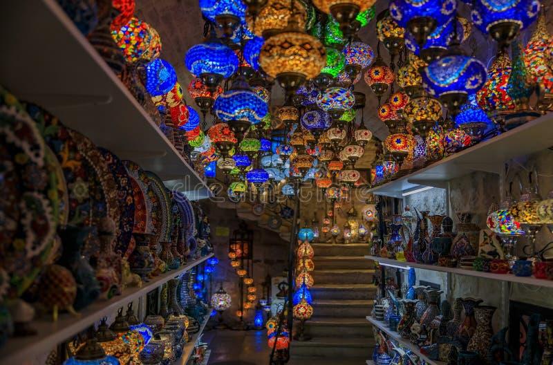 Traditionelle bunte türkische orientalische Lampen und Keramik für Verkauf herein an einem Souvenirladen in alter Stadt Kotor in  stockfotos