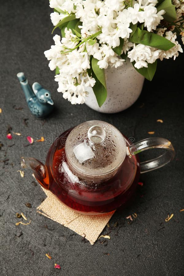 Traditionelle chinesische Teeblätter in Glasteekanne auf dem Tisch aromatisch und antioxidativ stockbild
