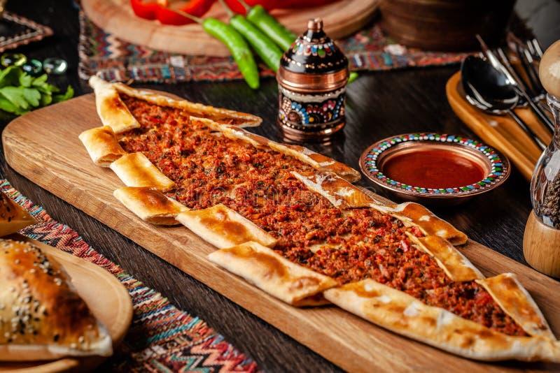 Traditionelle das T?rkische cuisine Türkisches Pizza Pittabrot mit Fleisch Turk Pidesi oder Sucuk Pide Sch?ne Servierteller im Re stockfotos