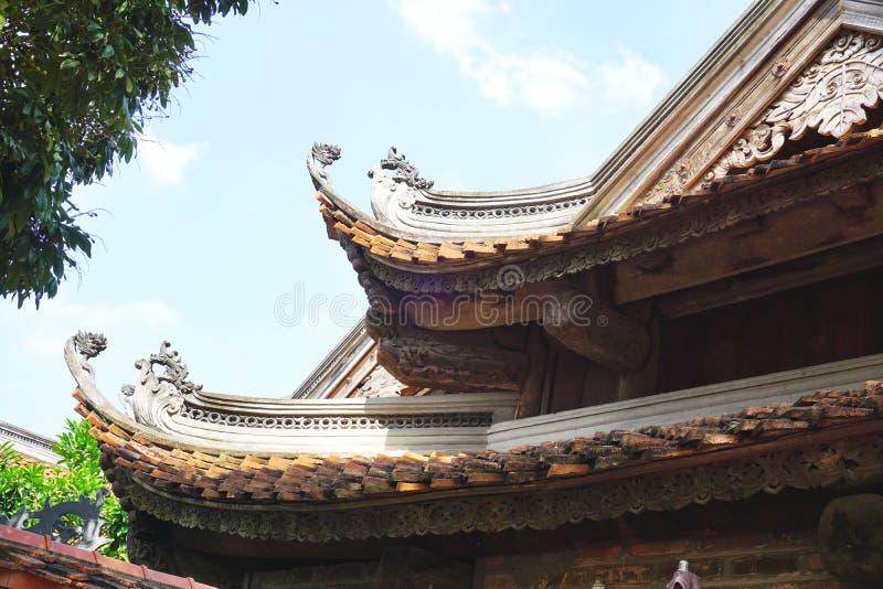 Traditionelle dekorative Dachlinien an einem buddhistischen Tempel nahe Hanoi, Vietnam lizenzfreie stockbilder
