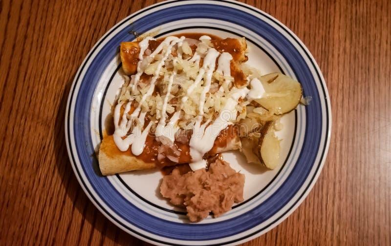 Traditionelle Enchiladas, typischer mexikanischer Teller stockbilder